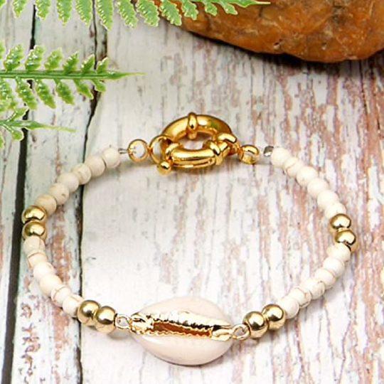 armband-bracelet-wit-jasseron-sluiting-goudkleur-cowrie-bohemian-zomer-movastyling