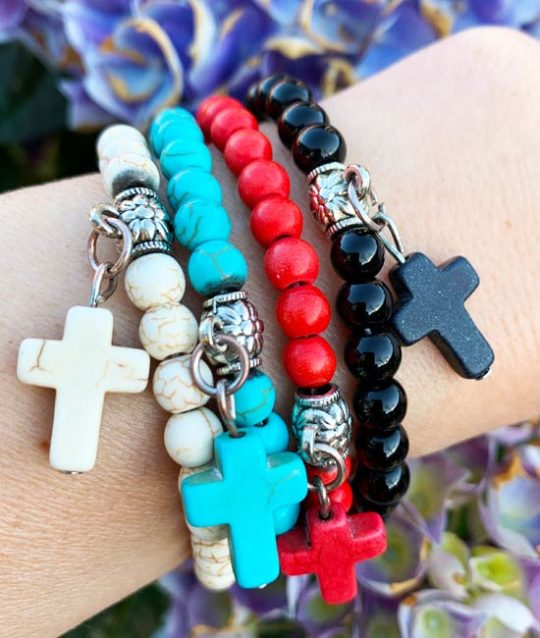 armband-vier-kleuren-naturelstone-kruisje-bedelarmbandjes-movastyling