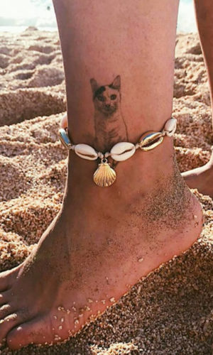 armbandje-enkelbandje-cowrie-shelp-goudkleur-shell-boho-vintage-strand-beach-zomer-voeten-zand-movastyling