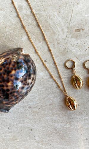 artilady-cowrie-shell-jewelryset-ketting-oorbellen-schelp-sieradensetje-schelpketting-schelpoorbellen-goudkleur-movastyling