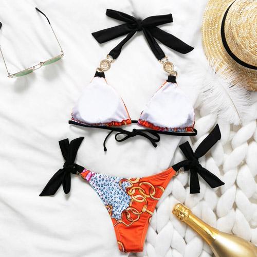 bikini-oranje-barok-barokprint-halterbikini-orange-gouden-accenten-zonnebril-champagne-zomer-backside-movastyling
