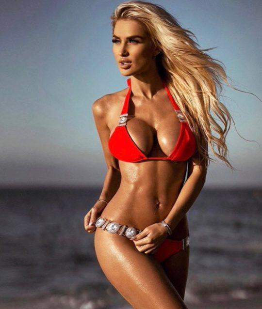 bikini-set-badmode-swimwear-rood-red-rhinestone-stenen-oud-accenten-blond-model-beachmodel-strand-beachlook-zomer-vakantie-movastyling