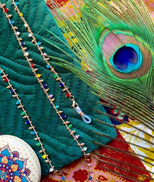 brillenkoord-bohemian-kraaltjes-hippie-regenboog-goudkleur-eyewearcord-pauwveer-movastyling