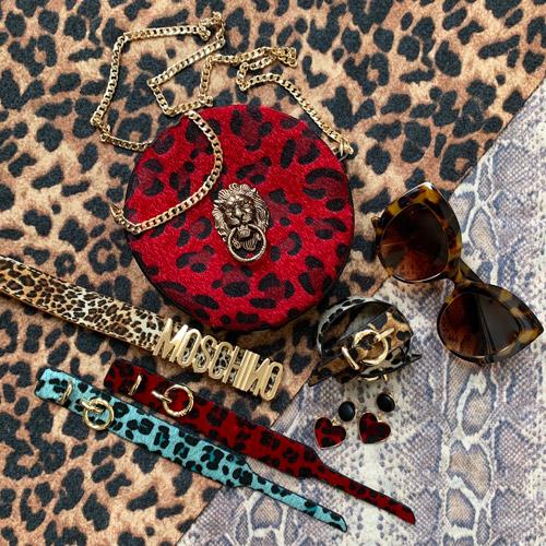 heuptas-beltbag-schoudertas-rood-goud-luipaardprint-dierenprint-leeuwenkop-festival-luxury-fashion-zonnebril-moschino-mochino-riem-groen-blauw-armbanden-movastyling