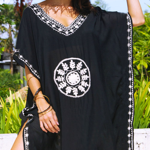 kaftan-lang-zwart-wit-borduurwerk-katoen-cotton-black-long-beachdress-strandjurk-zomertijd-close-up-movastyling
