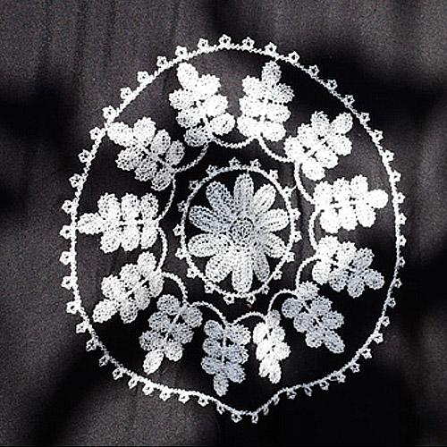 kaftan-lang-zwart-wit-borduurwerk-katoen-cotton-black-long-beachdress-strandjurk-zomertijd-close-up-patchwork-white-movastyling