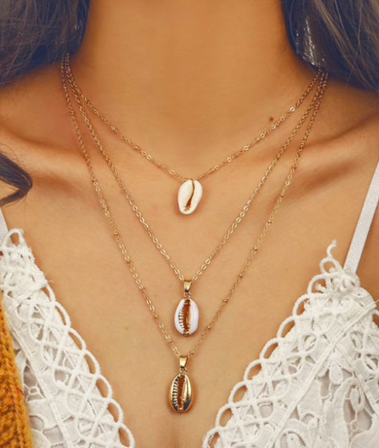 ketting-drie-3-laags-triple-chain-cowrie-shell-schelpjes-goudkleur-kettingen-necklace-bohemain-beach-strand-2019-movastyling