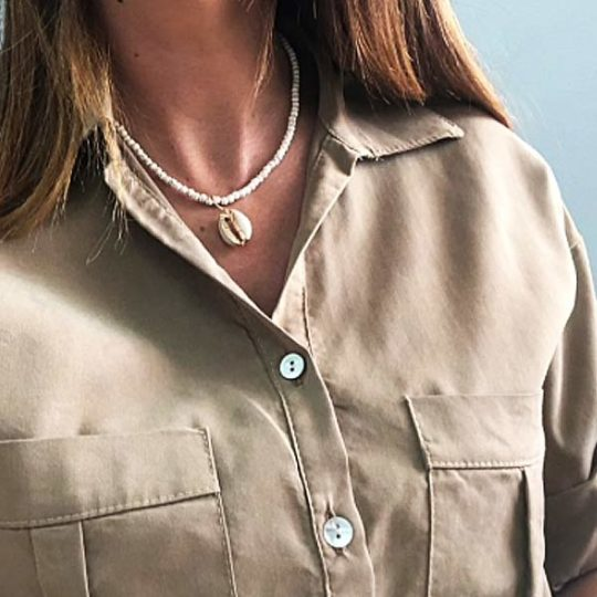 ketting-wit-jasseron-sluiting-goudkleur-cowrie-bohemian-summer-kaki-blouse-movastyling