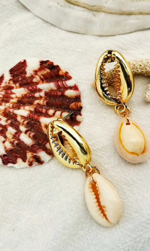 oorbellen-cowrie-shelp-goudkleur-creme-realshell-coral-koraal-small-size-earringset-strand-beach-zomer-movastyling