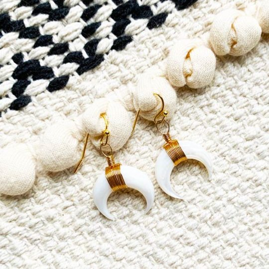 oorbellen-half-white-moon-bone-crescent-goudkleur-oorhanger-movastyling