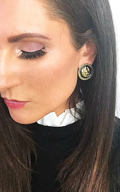 oorbellen-leeuwenkop-robuust-zwart-goud-barok-oorknop-lionhead-earringset-black-gold-brunette-model-movastyling