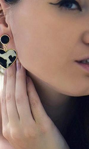 oorbellen-luipaardprint-wit-zwart-dierenprint-white-black-leopardprint-earrings-animalprint-fashion-brunette-model-movastyling