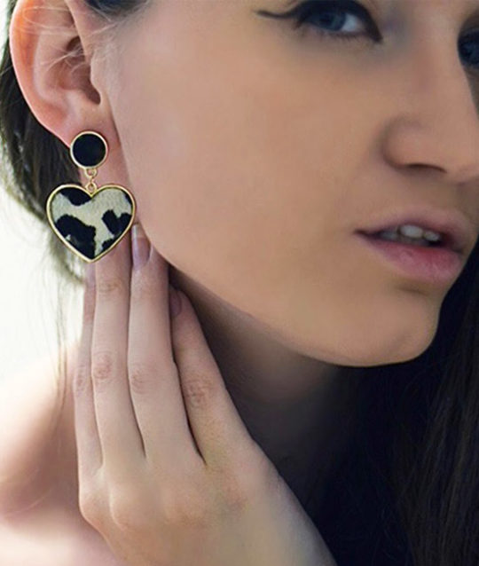 oorbellen-luipaardprint-wit-zwart-dierenprint-white-black-leopardprint-earrings-animalprint-fashion-brunette-model-movastyling